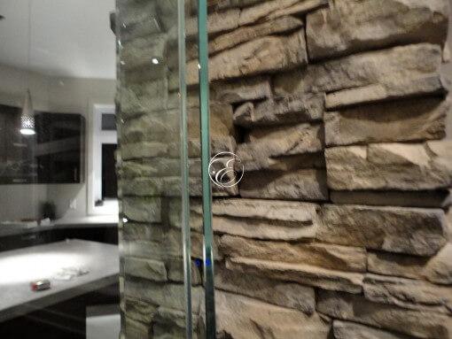 Mur-d-eau-verre-habillage pierre-particulier-5